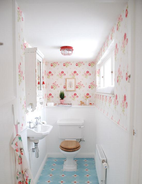Kırmızı-güllü-modern-banyo-duvar-kağıdı-modeli Suya Dayanıklı Banyo Duvar Kağıdı Modelleri