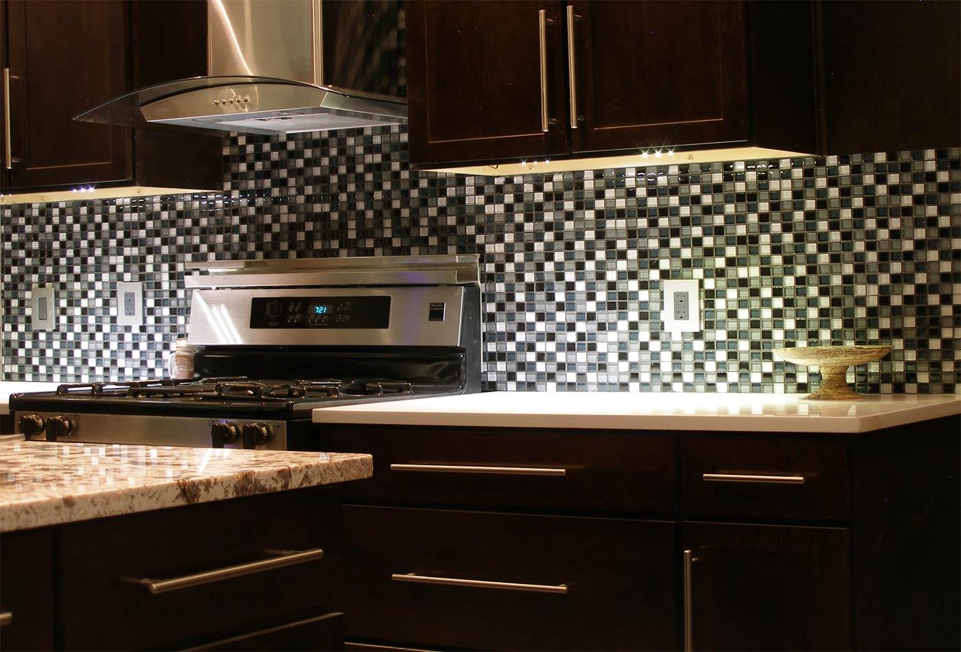 Parlak-Siyah-Mutfak-Cam-Mozaik-Tasarımı Mutfak Cam Mozaik Modelleri