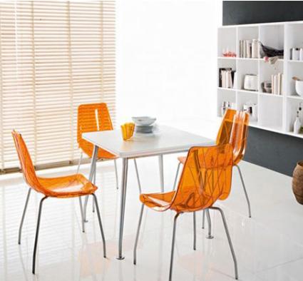 Turuncu-Renkli-Şeffaf-Sandalyeler Şeffaf Sandalye Modelleri