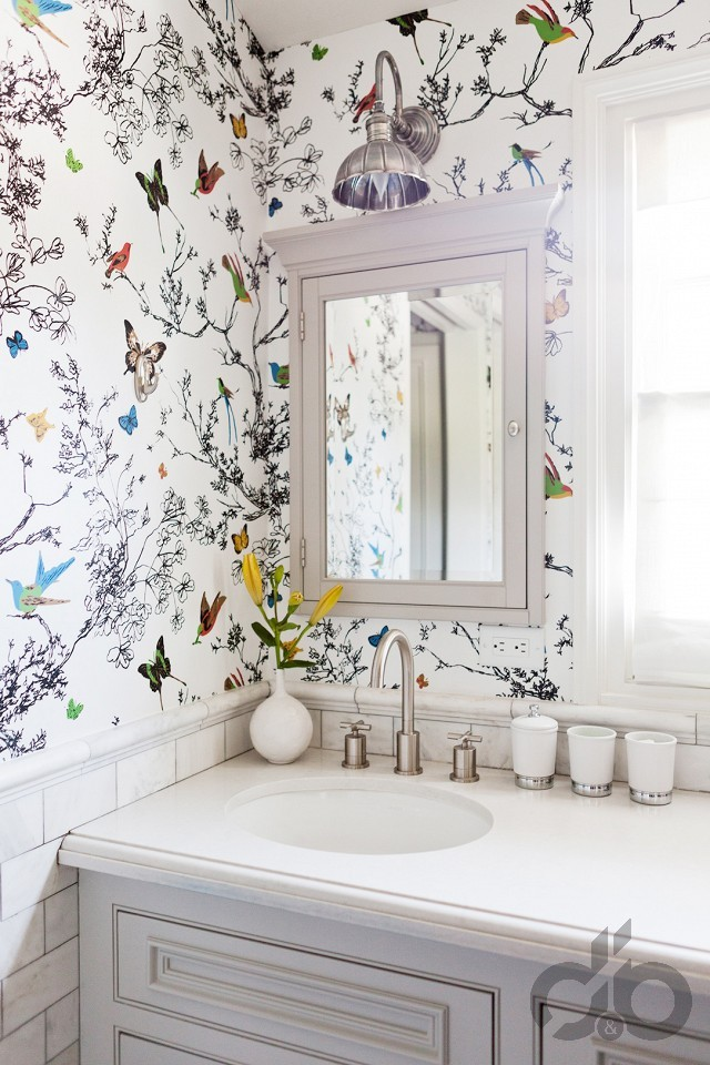 acik-renk-ferah-cicek-desenli-duvar-kagidi Suya Dayanıklı Banyo Duvar Kağıdı Modelleri