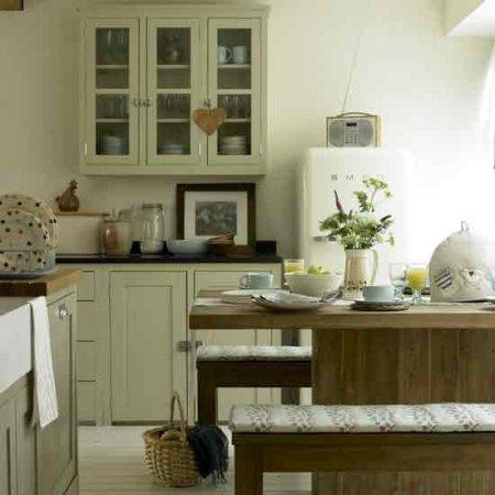 krem-ve-ahşap-renkte-rustik-mutfak-dolabı-ve-dekorasyonu Rustik Mutfak Dolapları