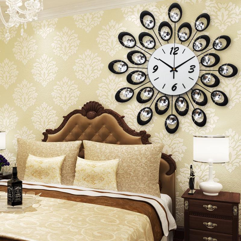 yatak-odasi-modern-buyuk-duvar-saatleri Duvar Saati Dekorasyonda Nasıl Kullanılır